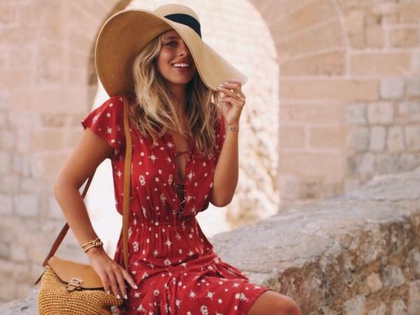 3 συμβουλές για όσες νιώθετε άβολα όταν φοράτε μεγάλα καπέλα έξω