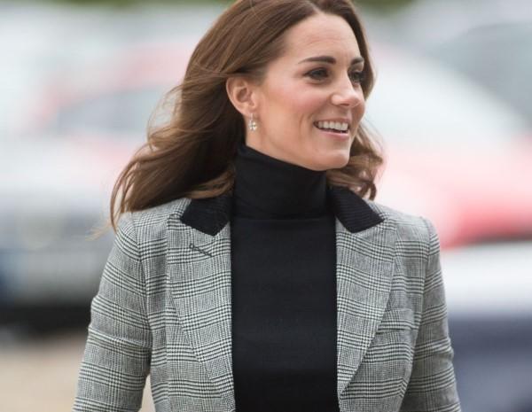 Το πολύ οικονομικό αξεσουάρ της Kate Middleton θα συμπληρώσει το γιορτινό σας outfit